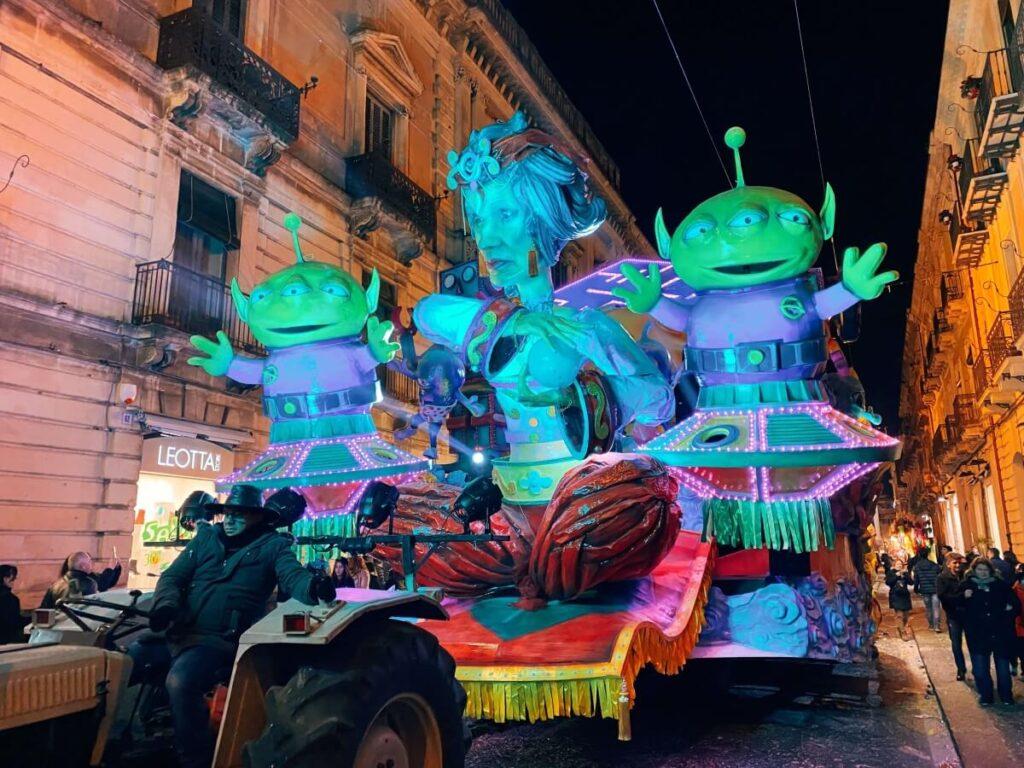 Potężne platformy, czyli główna atrakcja Karnawału na Sycylii w Acireale