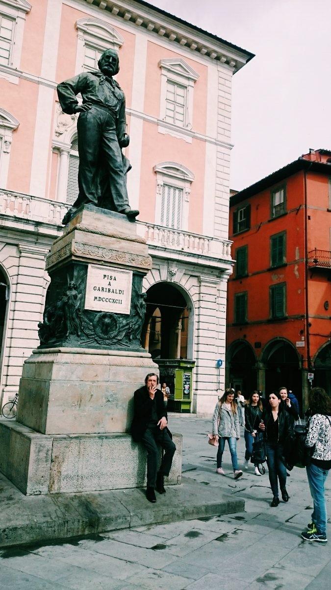 Pomnik w centrum Pizy