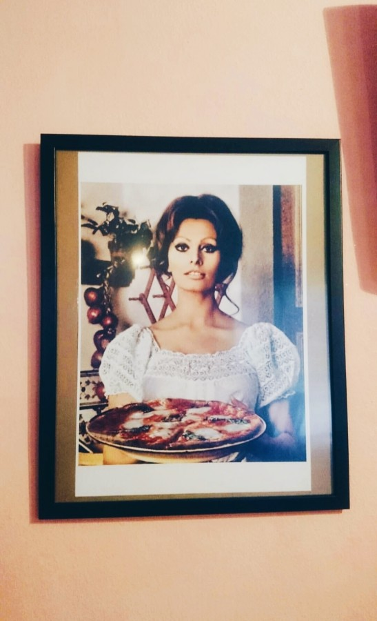 Sophia Loren eating pizza