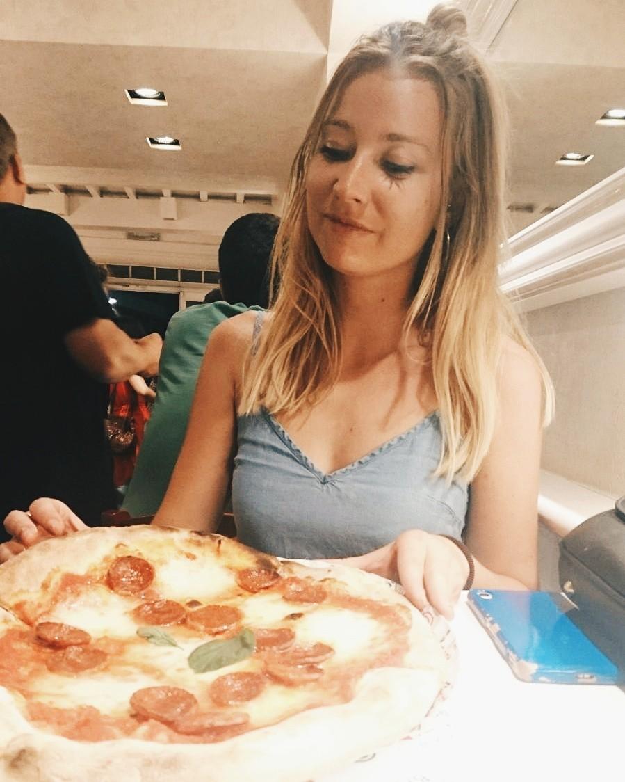 Pizzagirlpatrol jedząca pizzę w Mister Pizza