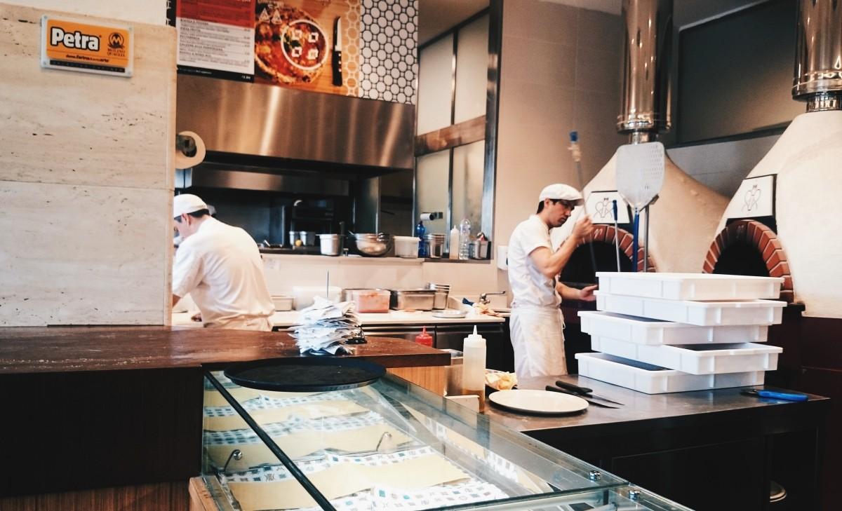 Przygotowania pizzy we Fratelli Cuore we Florencji