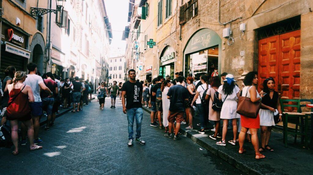 Kolejka prowadząca do All'Antico Vinaio we Florencji