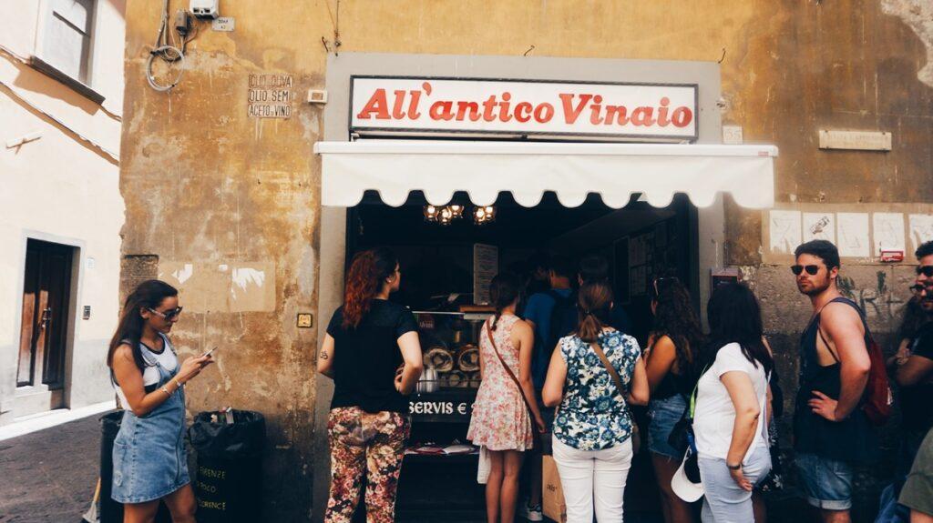 Ludzie czekający w kolejce do All'Antico Vinaio we Florencji