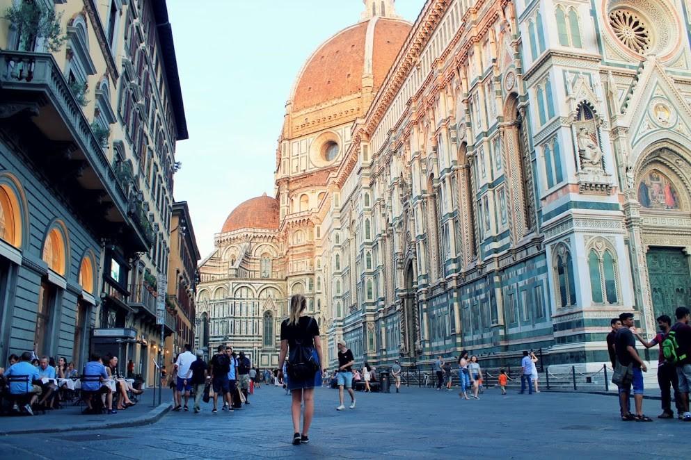Pizzagirlpatrol obok Duomo we Florencji
