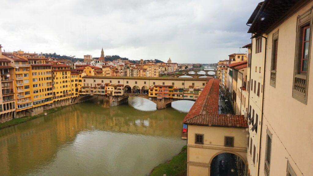 Widok na Ponte Vecchio z Galerii Uffizi we Florencji