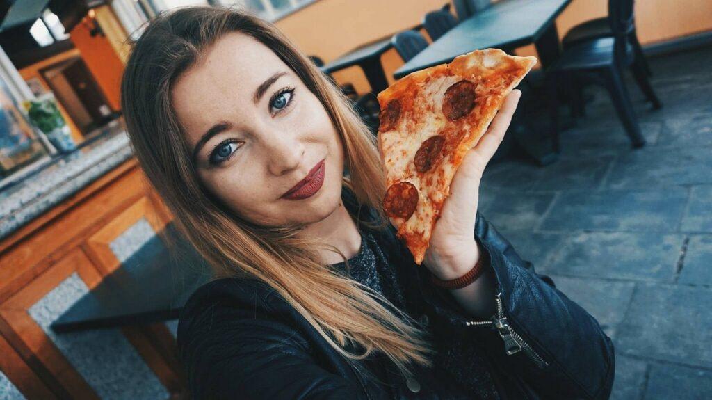 Pizzagirlpatrol and pizza in Viareggio