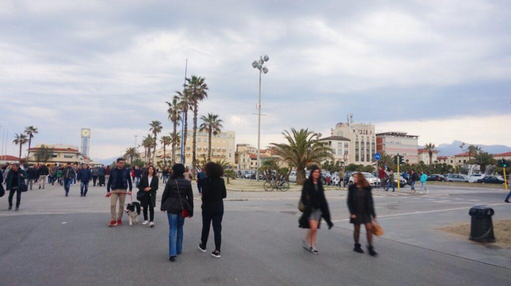 Spacerujący ludzie na promenadzie w Viareggio