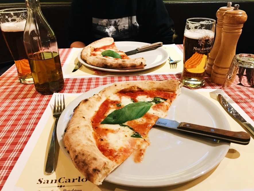 Pizza neapolitańska w restauracji San Carlo w Pradze