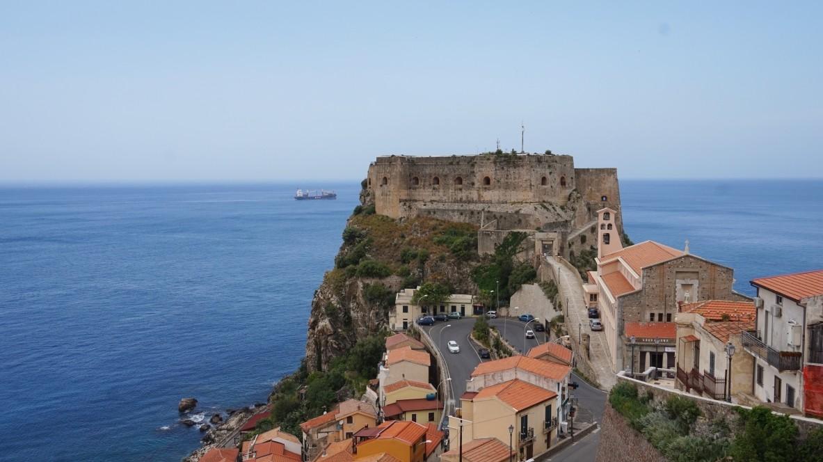 Zamek w Scilli we Włoszech