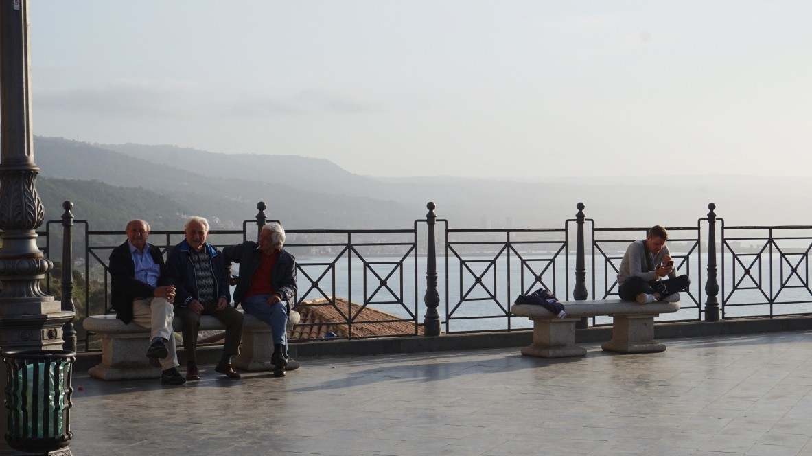 Nonni na ławeczce w Kalabrii