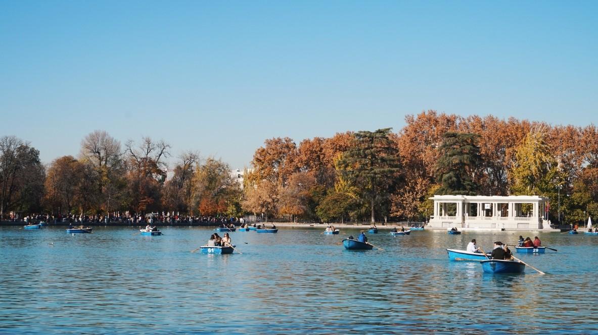 Przepiękny Park Retiro w Madrycie