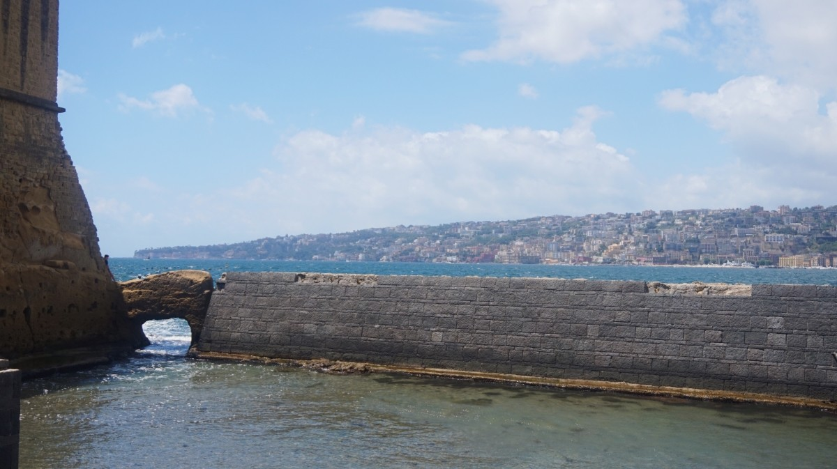 Widok z Castel dell'Ovo w Neapolu