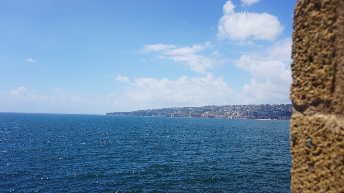 Widok na morze z Castel dell'Ovo w Neapolu