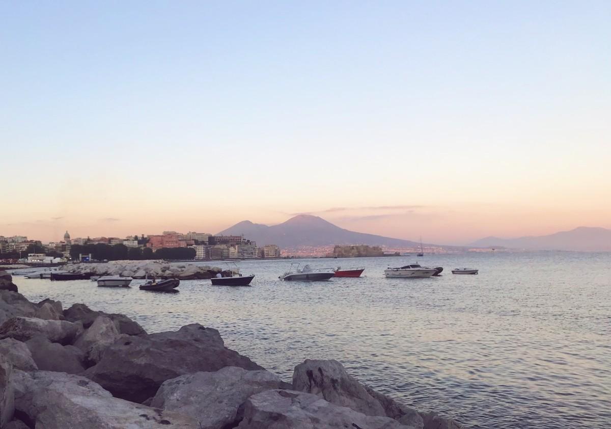Lungomare, via Caracciolo w Neapolu - zachód słońca