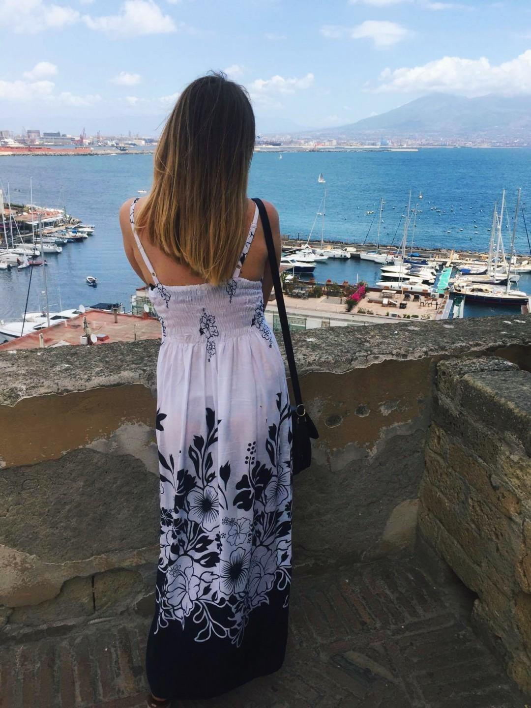 Przepiękny widok na Wezuwiusza z Castel dell'Ovo w Neapolu