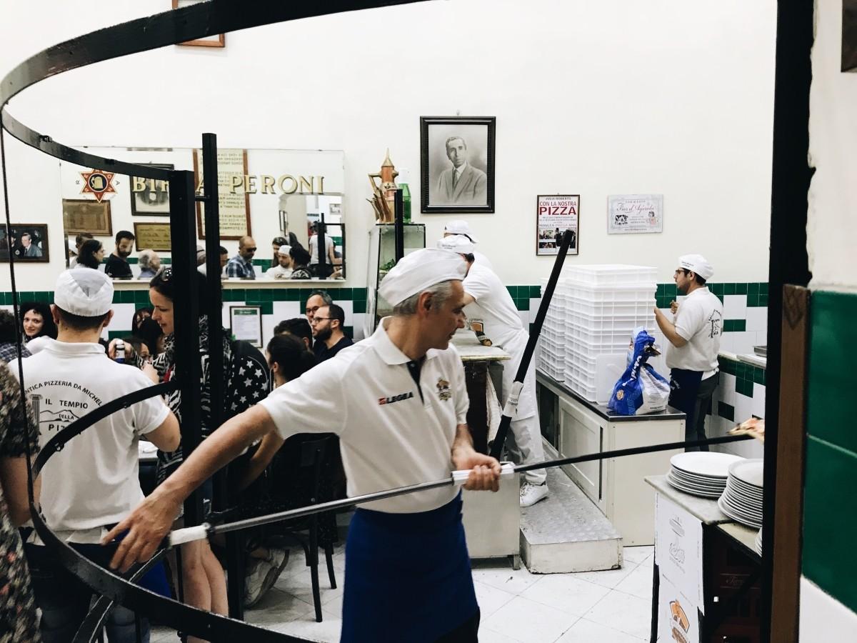 Przygotowywanie pizzy w L'antica Pizzeria da Michele w Neapolu