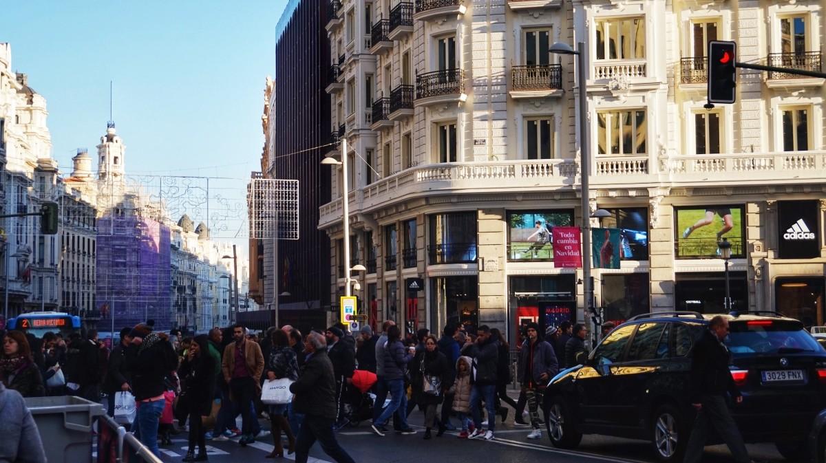 Zatłoczona Gran Via w Madrycie